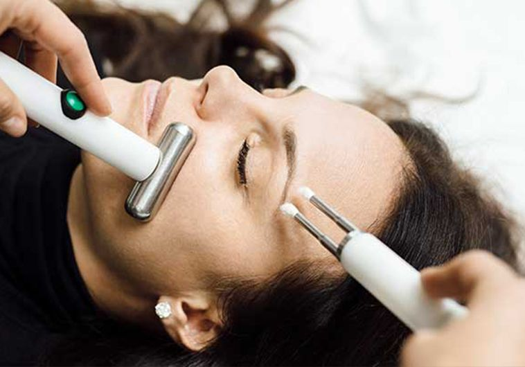 "Microcurrent facial: everything you need to know about the ""natural"" facelift"
